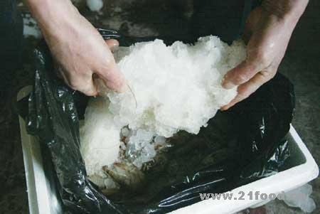 大连商贩冰坨偷换海鲜 换得人心拔凉!