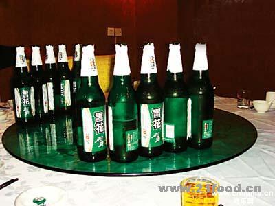 飯桌下面有一堆的玻璃碎屑,酒瓶上半截落在飯桌另一邊,據說劉先生的下圖片